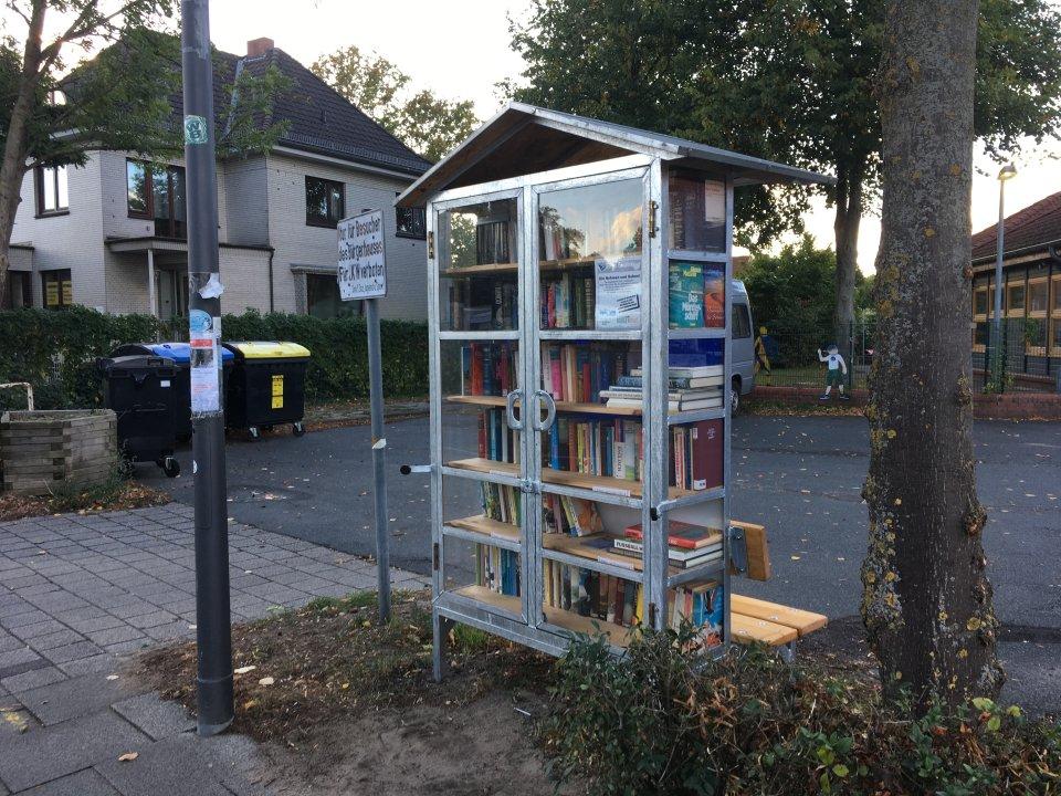 Der Bücherschrank Mahndorf befindet sich auf dem Parkplatz des Bürgerhauses Mahndorf.