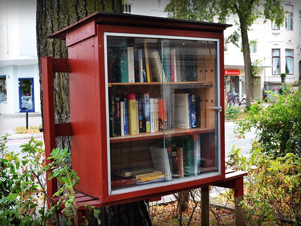 Ein freier Bücherschrank vor der Straße.