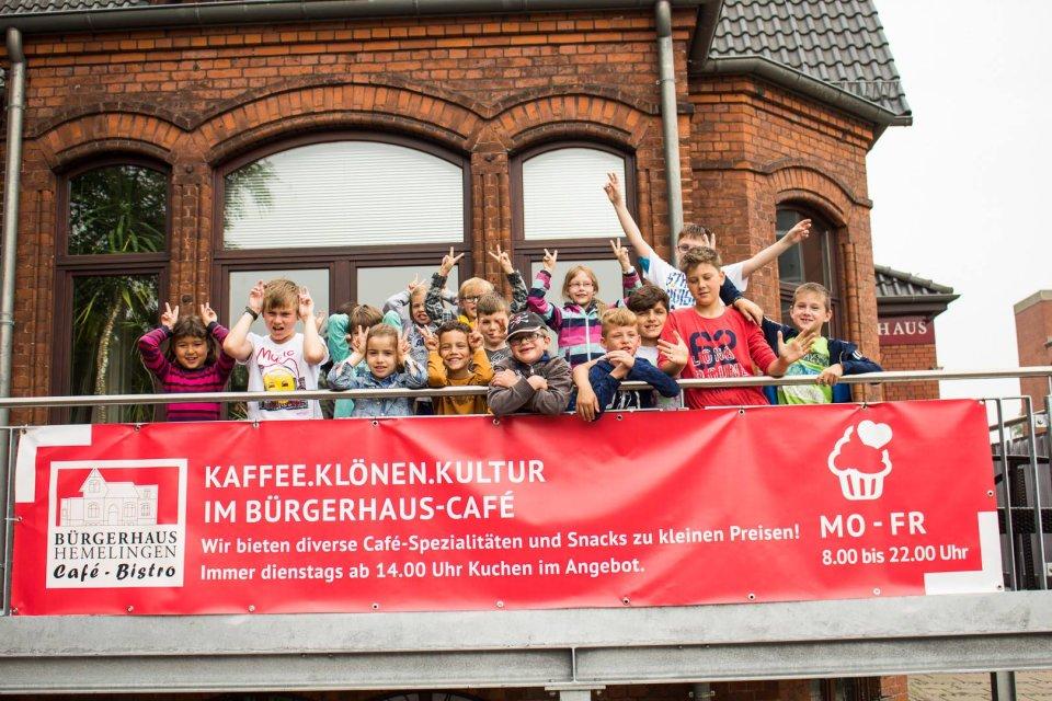 Winkende Kinder auf der Terrasse des Bürgerhauses Hemelingen.