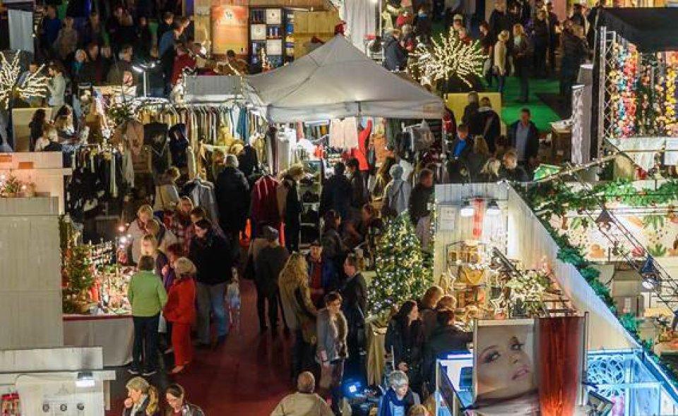 Viele Besucher auf der Weihnachtsmesse.