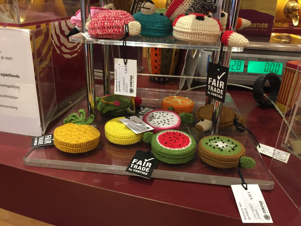 Umhäckelte Maßbänder in fröhlichbunten Farben und Formen, zum Beispiel als Ananas, Melone oder Kiwi.