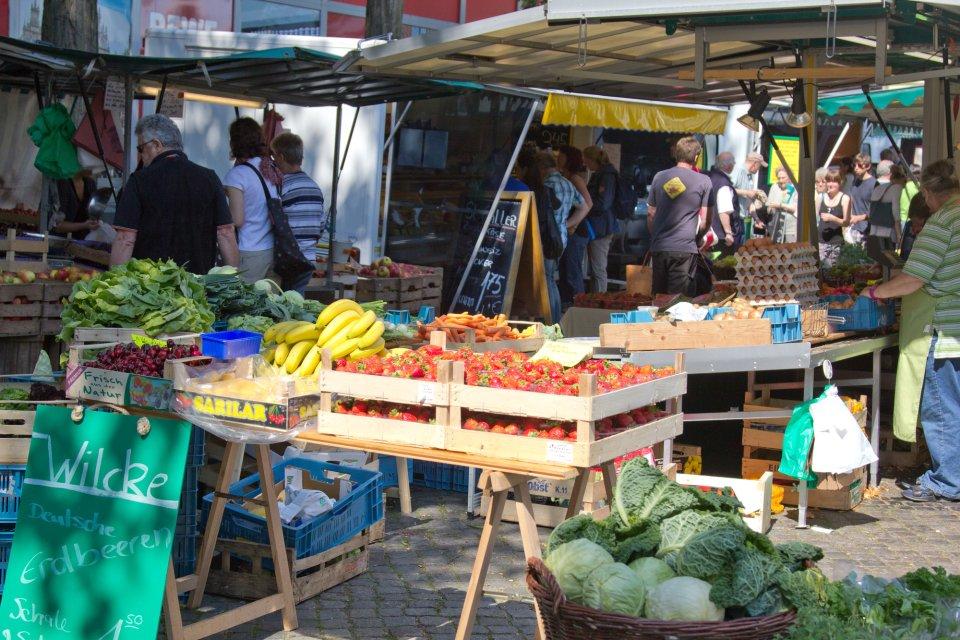 Reges Treiben auf einem Wochenmarkt; Quelle: WFB/Jens Lemkühler