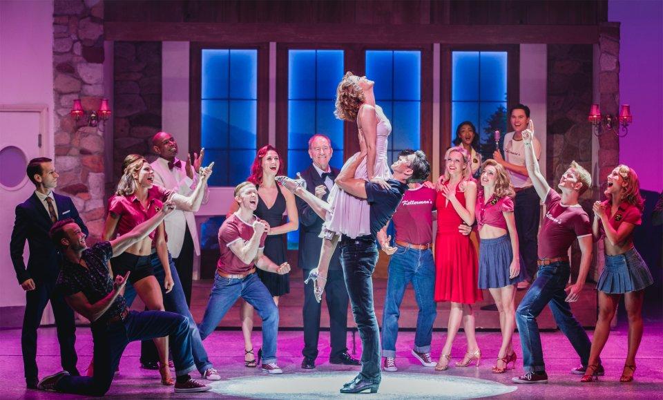 """Eine Szene aus dem Musical """"Dirty Dancing"""", die berühmte Tanzszene am Schluss mit der Hebefigur der Hauptdarsteller."""