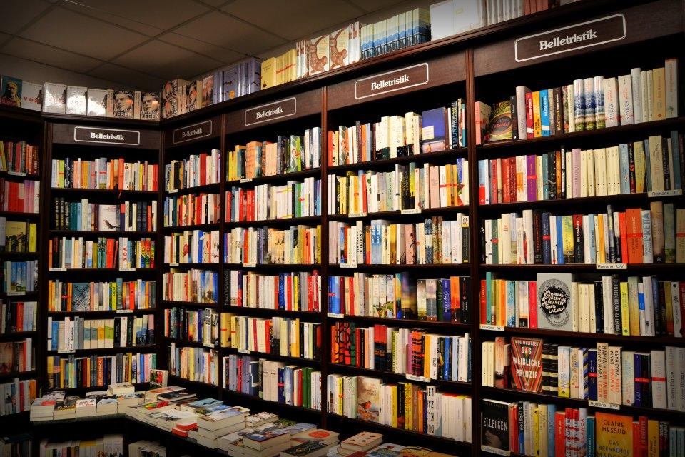 Bücherregale mit Belletristik in der Melchers Buchhandlung.