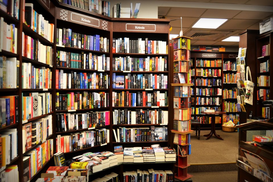 Bücherregale mit Krimis in der Melchers Buchhandlung.