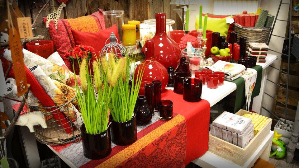 Rote Decken, Vasen und Behälter.