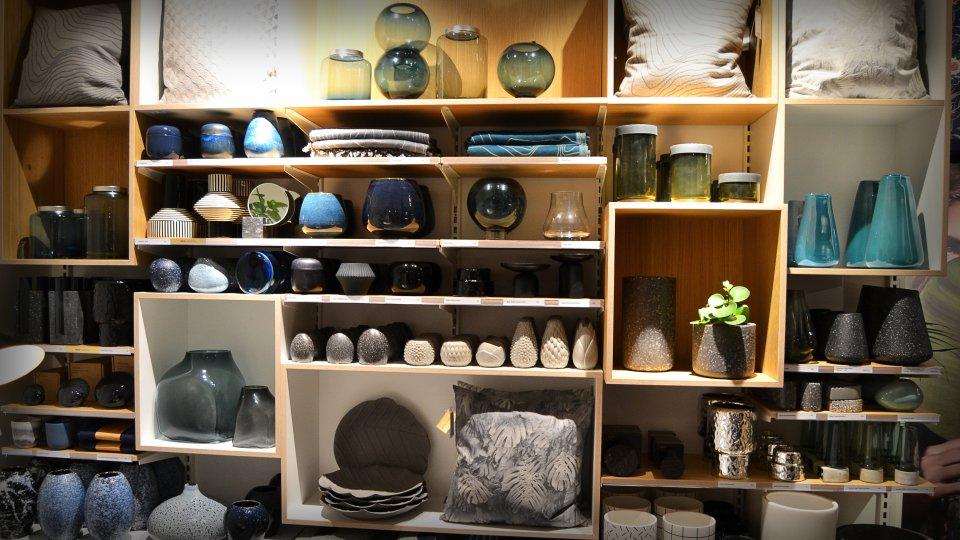 Ein Regal mit unterschiedlichen Einrichtungsobjekten in Bolia.