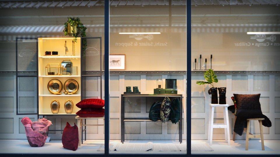Das Schaufenster mit Einrichtungsartikeln von H&M Home.