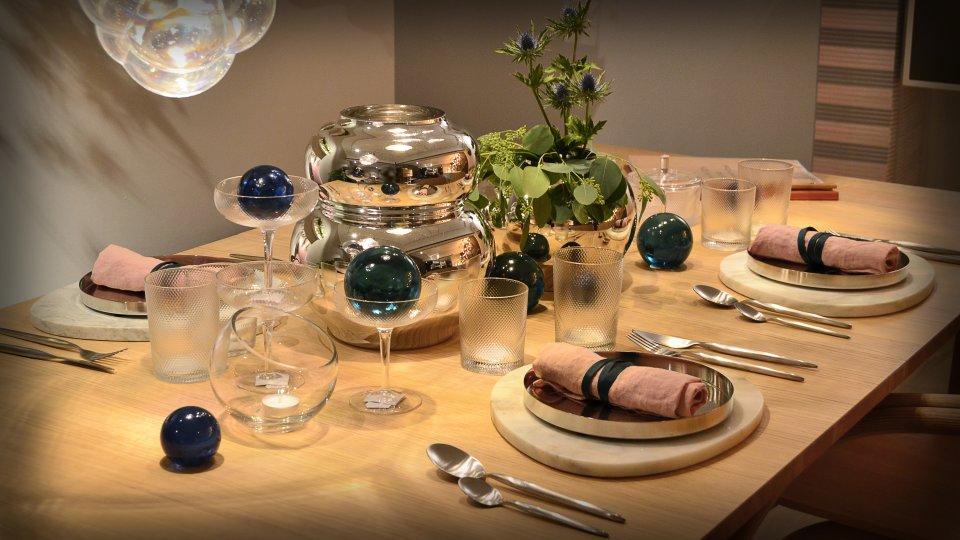 Ein bedeckter Tisch mit Dekoartikeln in Bolia.