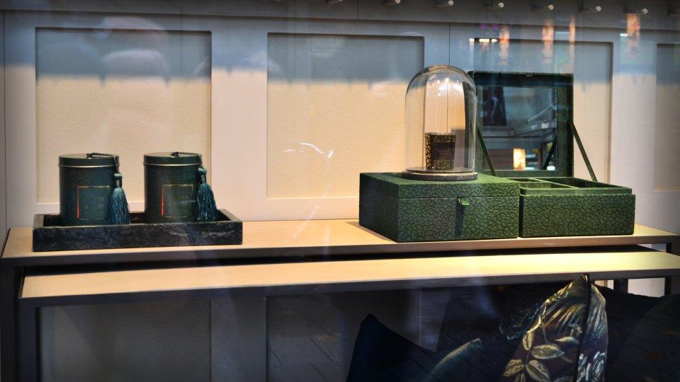 Türkisfarbene Kerzen und Aufbewahrungsboxen.