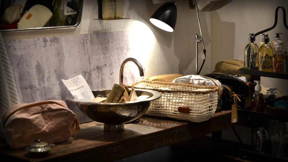 Ein Waschbecken neben einer Tischlampe und Seife.