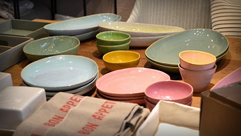Verschiedengroße Teller in unterschiedlichen Pastellfarbtönen.