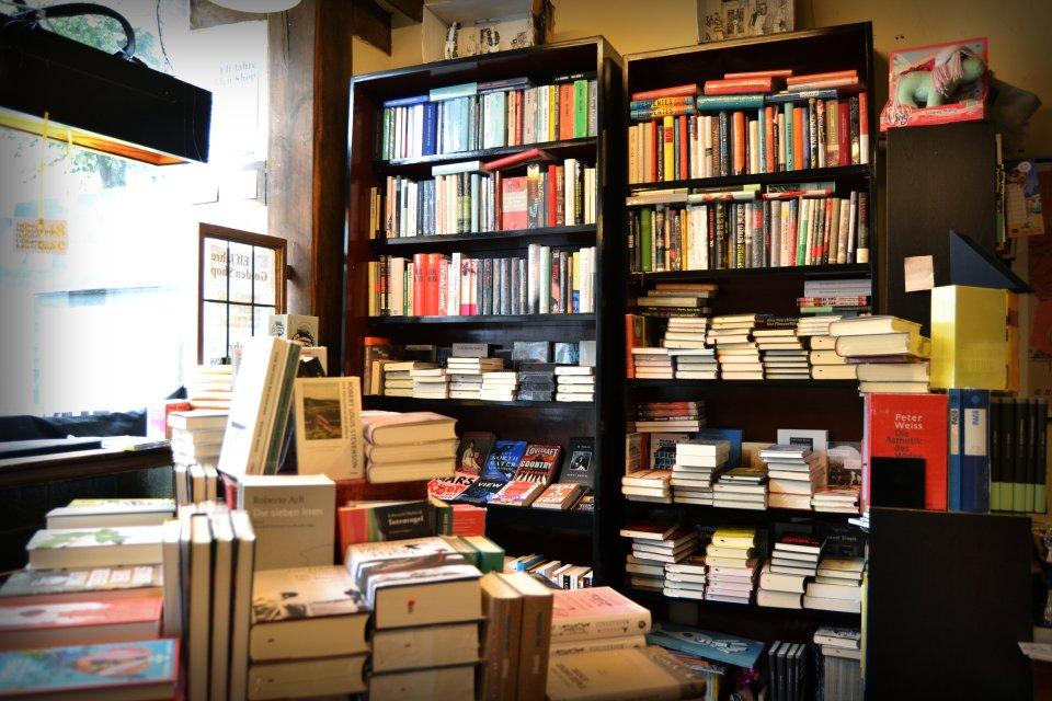 Die Bücherregale im Golden Shop in der unteren Etage.