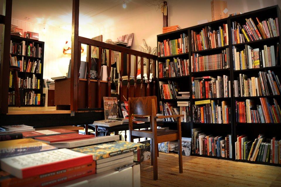 Ein Holzstuhl vor den Bücherregalen im Golden Shop.