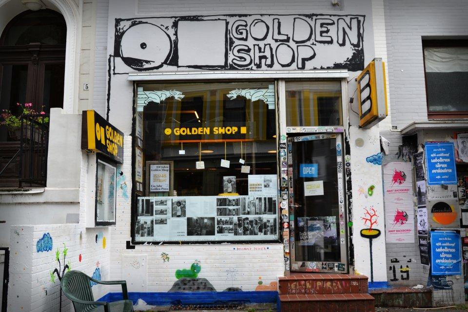 Die vordere Ansicht des Golden Shops.