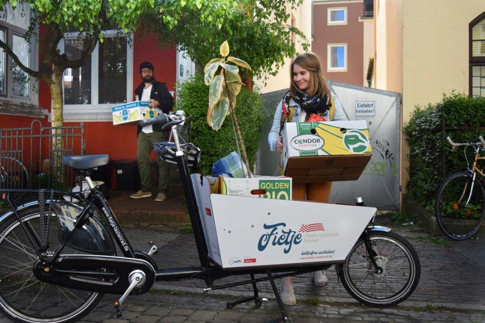 Kisten werden auf einem Lastenrad transportiert.