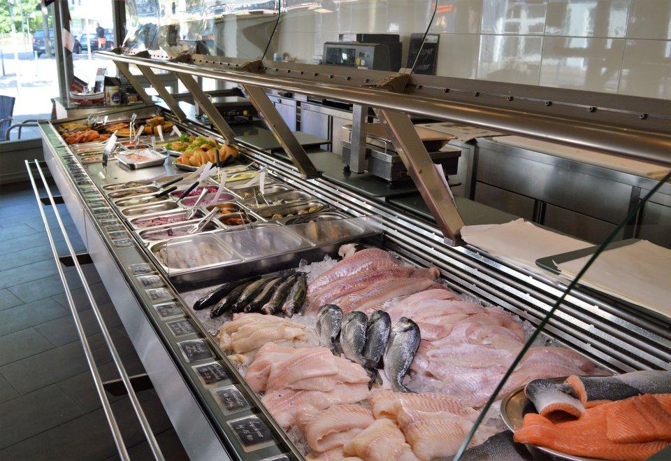 Eine Auswahl an verschiedenen Fischsorten im Tresen der Fischhandlung Fisch Jäger.