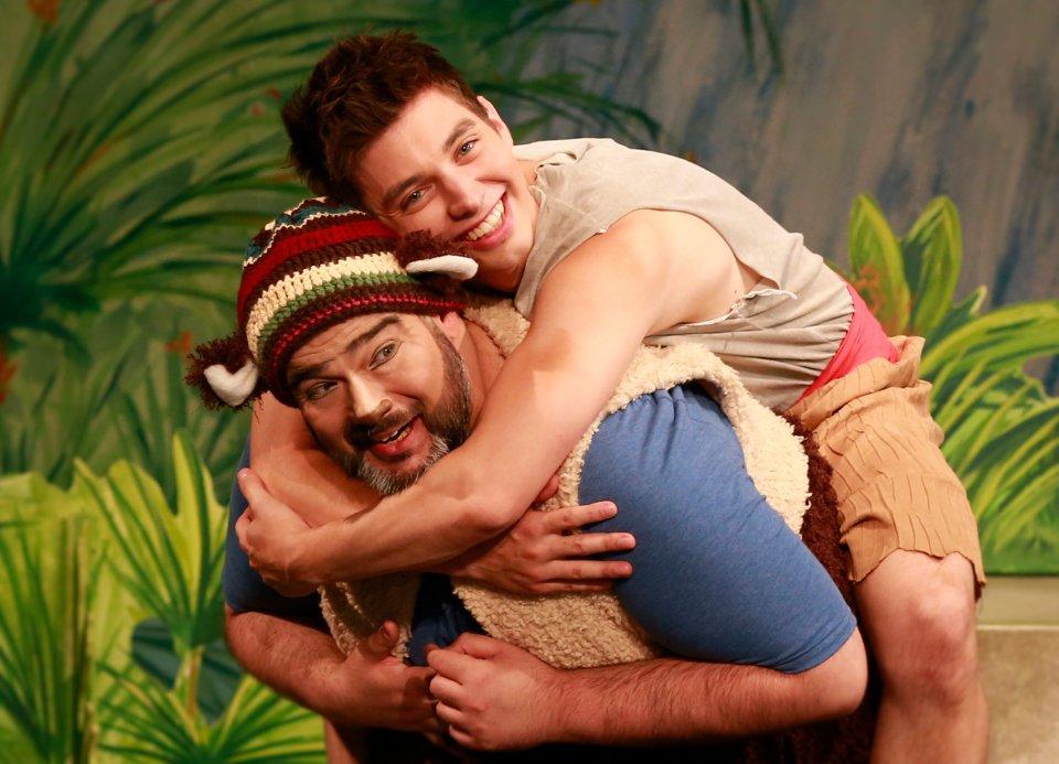 Zwei Schauspieler verkörpern Mowgli und Bali aus dem Dschungelbuch.