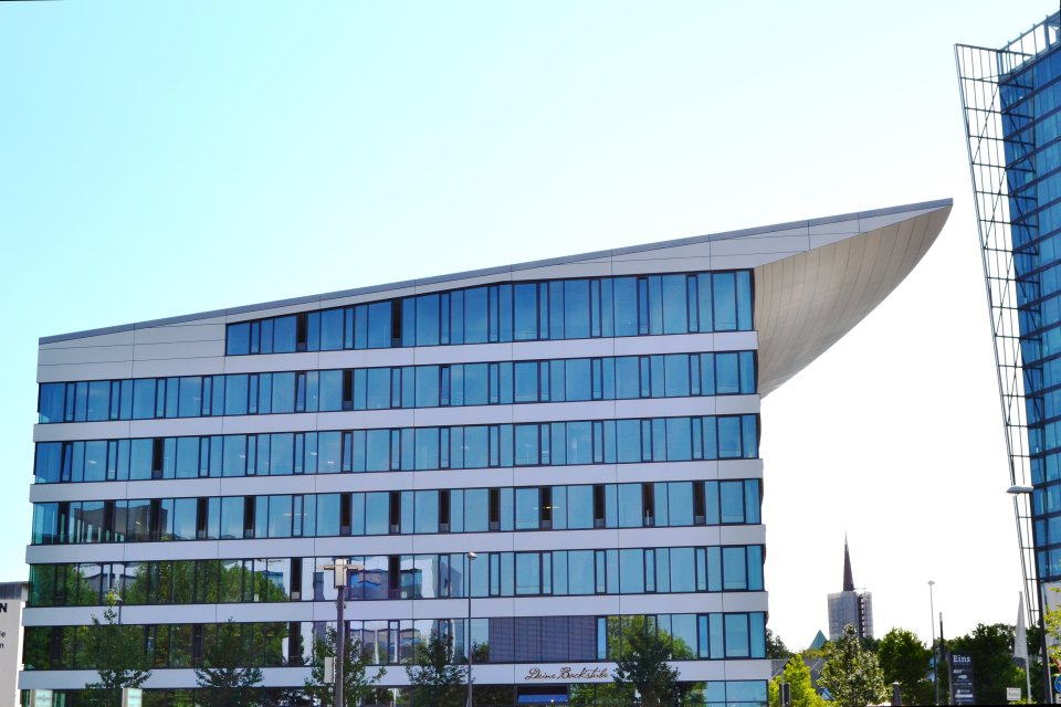 """Das """"Eins""""-Gebäudes im Weserquartier von der Seite"""