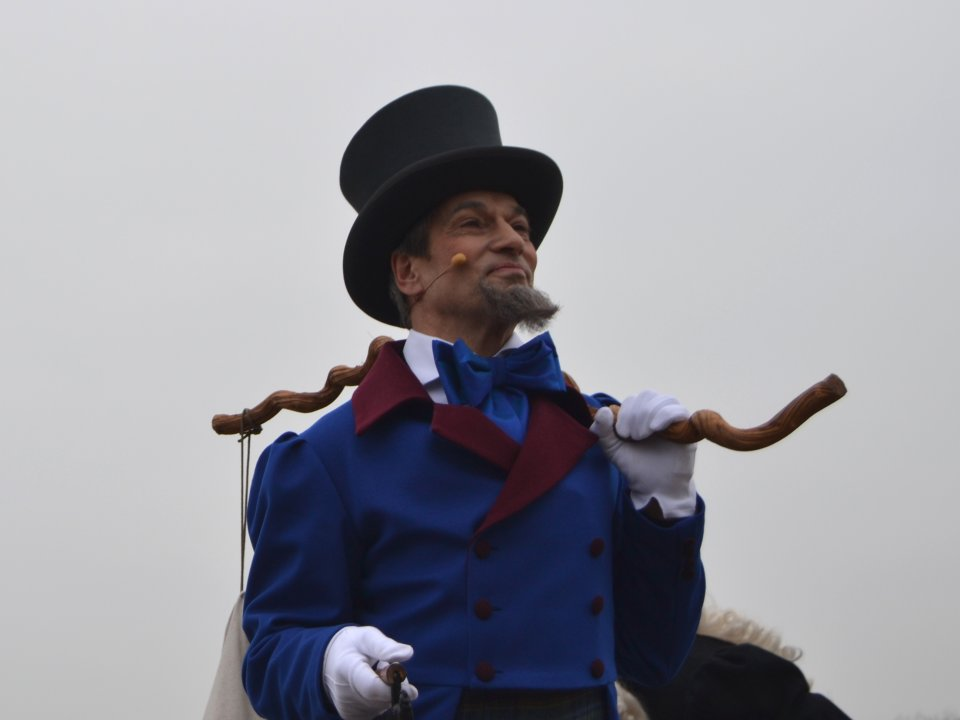 Ein Schauspieler mit Ziegenbart, Wanderstock, Zylinder und blauem Anzug; Quelle: WFB/bremen.online - MDR