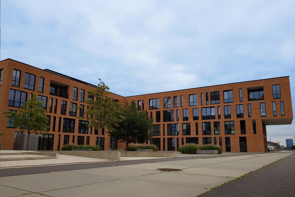 Ansicht des hinteren Eingangs des Energy Office-Gebäudes