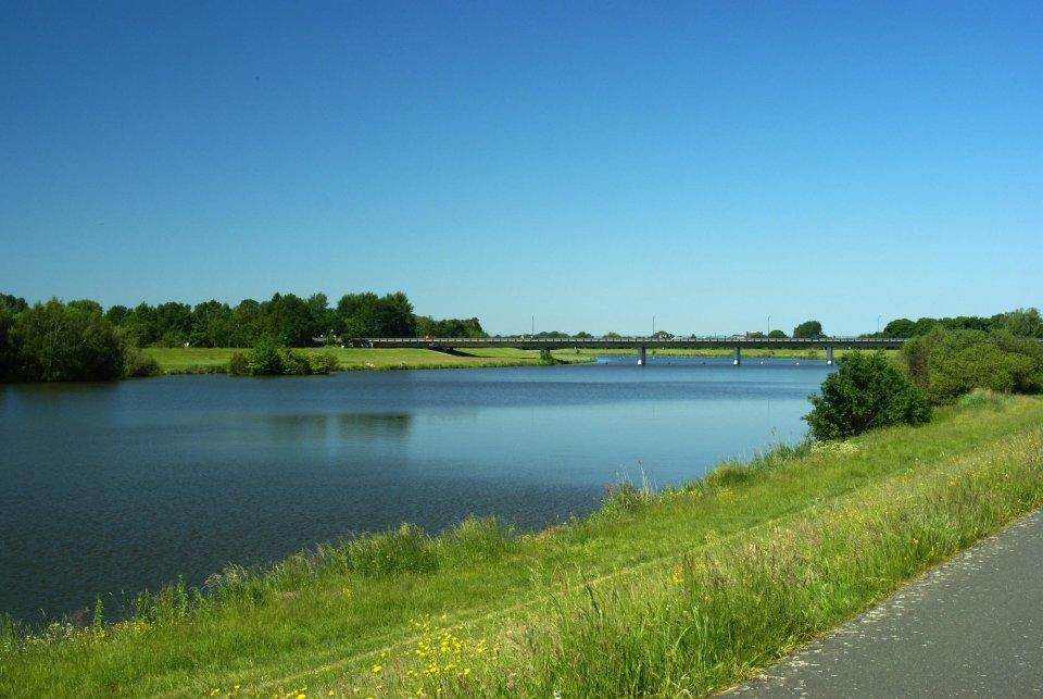 Ein Blick auf die Erdbeerbrücke, die unter anderem den Werdersee überspannt.
