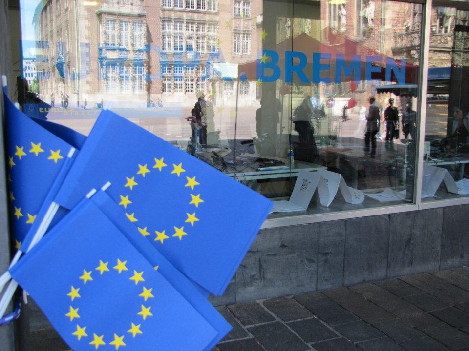Zwei kleine blaue Fähnchen mit den gelben Sternen des EU-Logos