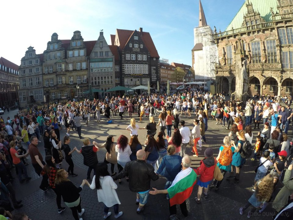 Junge Menschen tanzen im Kreis