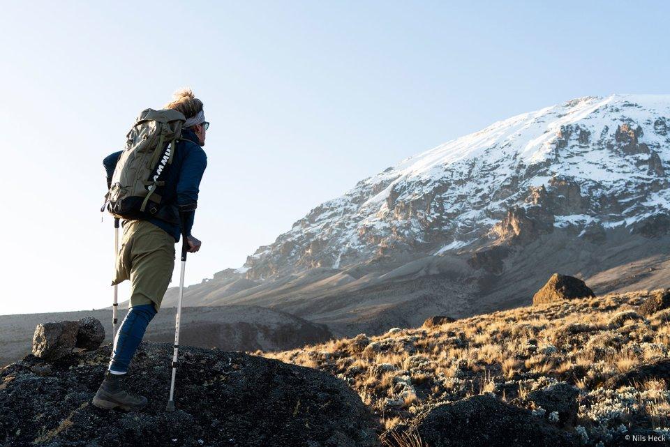 Ein Mann mit Krücken und nur einem Bein will den Kilimandscharo besteigen.