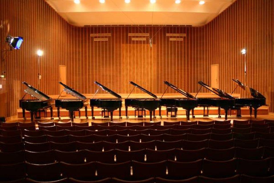 Sieben Konzertflügel im Sendesaal Bremen