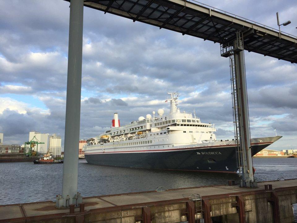 Das Kreuzfahrtschiff Boudicca und eine kleine Fähre auf der Weser. (Quelle: Kultur vor Ort e.V.)