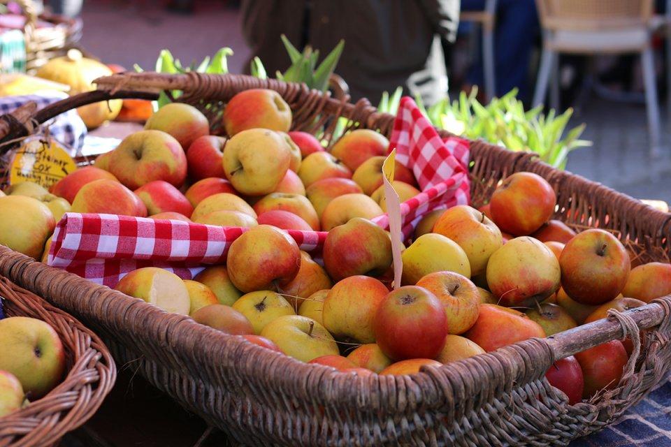 Ein Korb mit Äpfeln auf dem Findorffmarkt