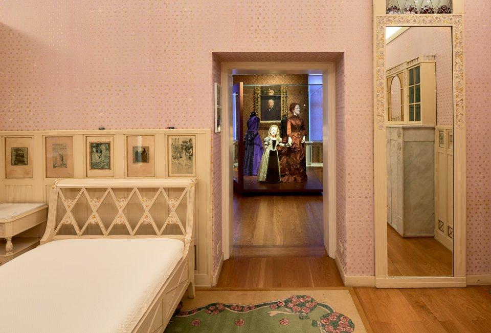 Ansicht eines Schlafzimmers im Haus Riensberg. Im nächsten Raum sind historische Kleider ausgestellt.