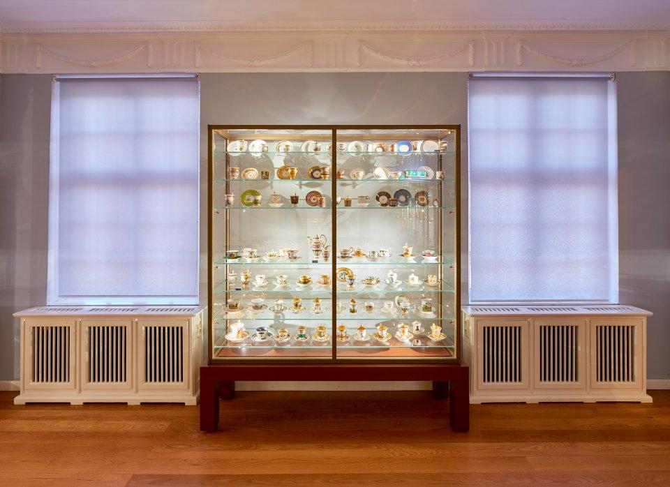 Eine Glasvitrine mit altem Porzellan im Haus Riensberg.