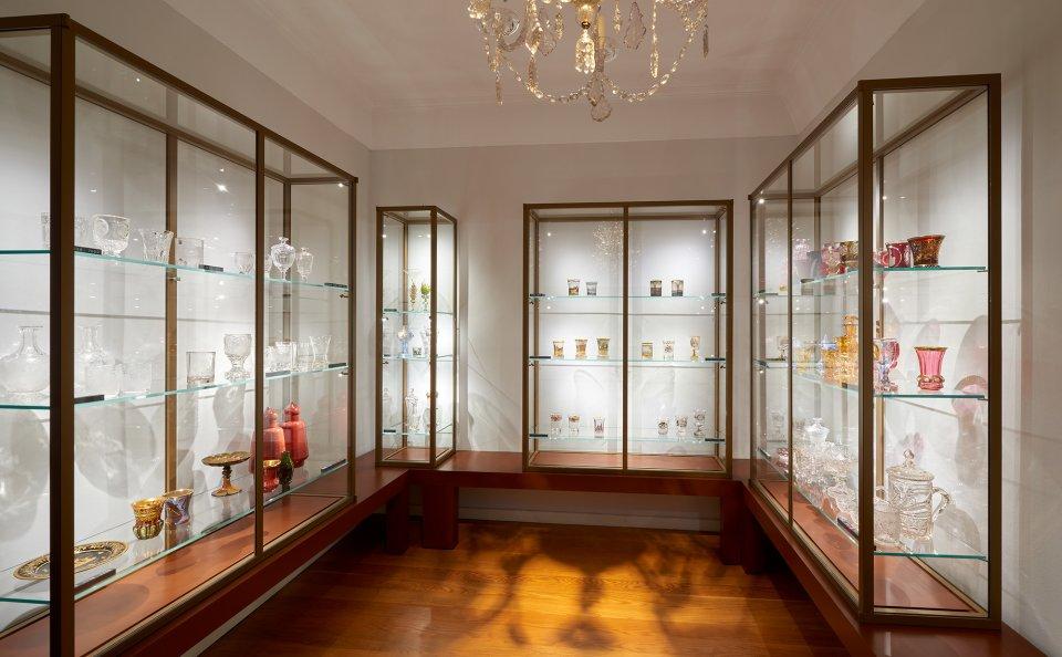 Vitrinen mit künstlerisch gestalteten Gläsern in einem Ausstellungsraum im Haus Riensberg.