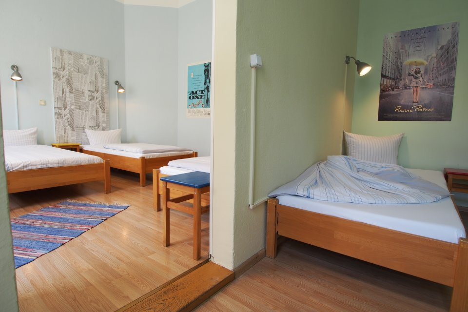 Helles Mehrbettzimmer mit 3 Betten