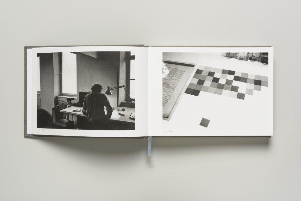 Ein aufgeschlagenes Buch mit zwei schwarz-weiß Bildern.
