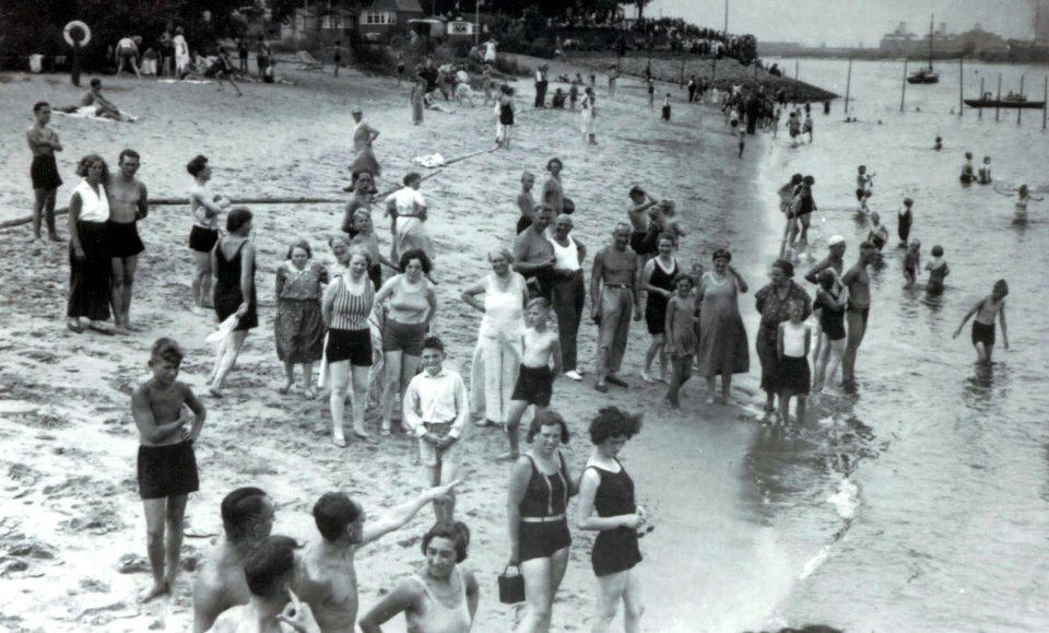 Historisches Foto badender Menschen