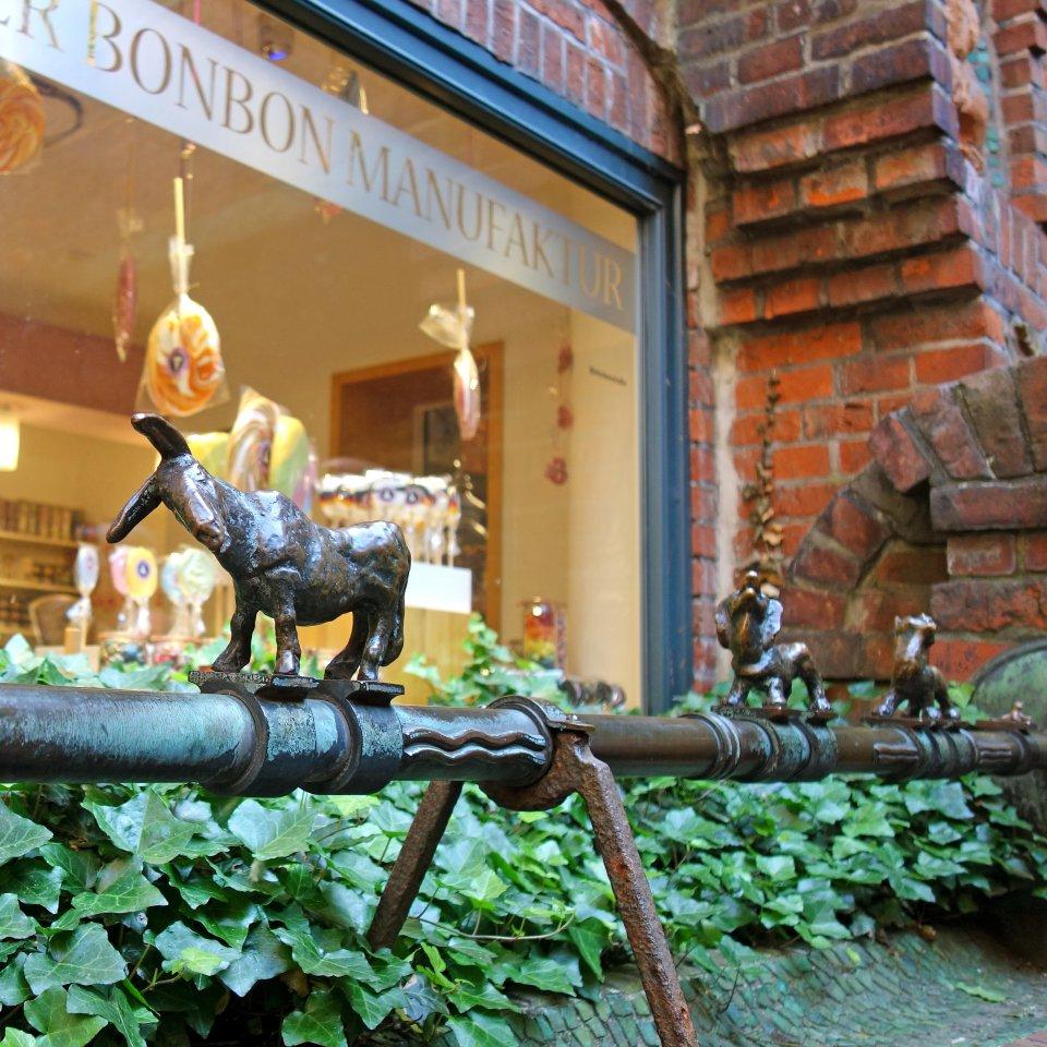 Brunnen mit kleinen Stadtmusikanten-Figuren in der Böttcherstraße