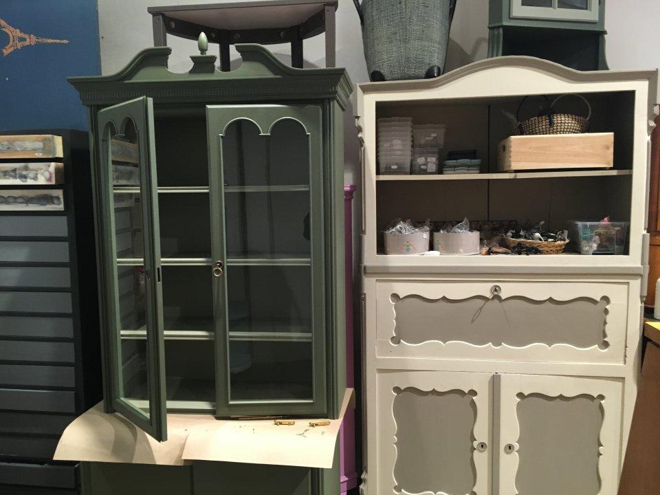 Zu sehen sind aufgewertete Vintage Möbel.