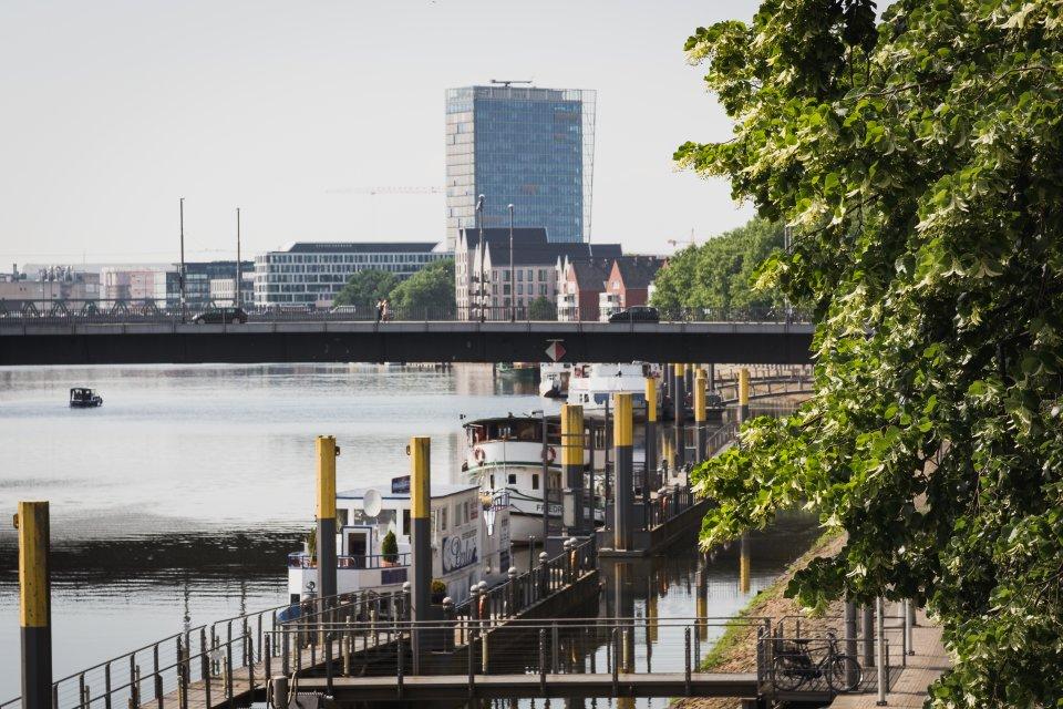Blick auf die Bürgermeister-Smidt-Brücke, die über die Weser führt (Foto: Nils Protze).
