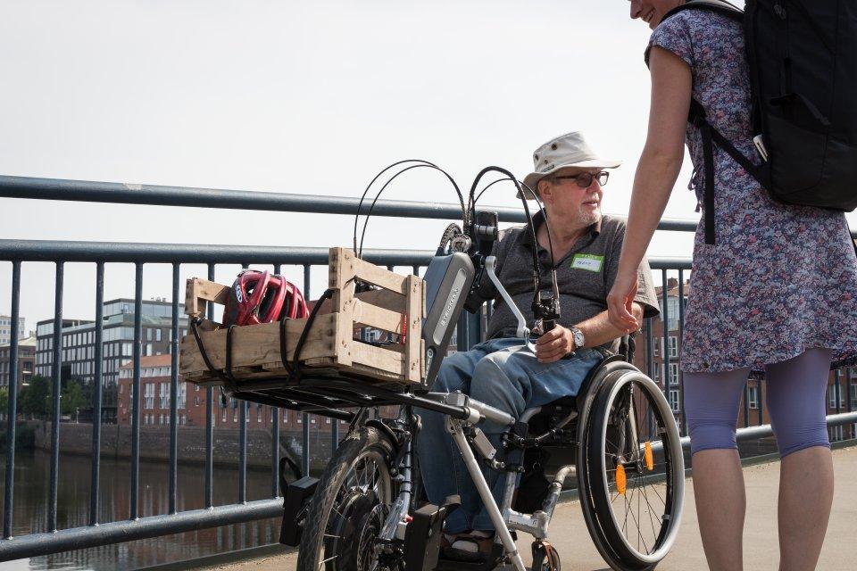 Ein Mann mit Handbike auf der Teerhofbrücke (Foto: Nils Protze).