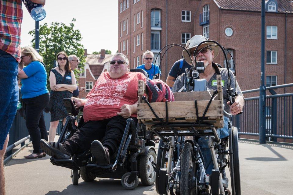 Menschen auf der Teerhofbrücke, zwei davon mit Rollstuhl und Handbike (Foto: Nils Protze).