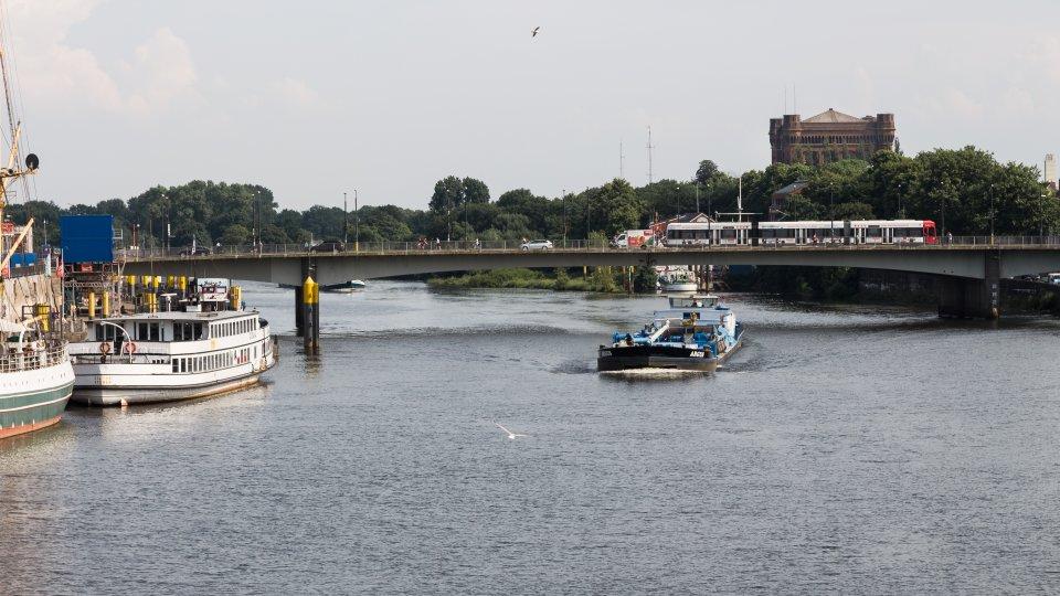 Blick über die Weser auf die Wilhelm-Kaisen-Brücke (Foto: Nils Protze).