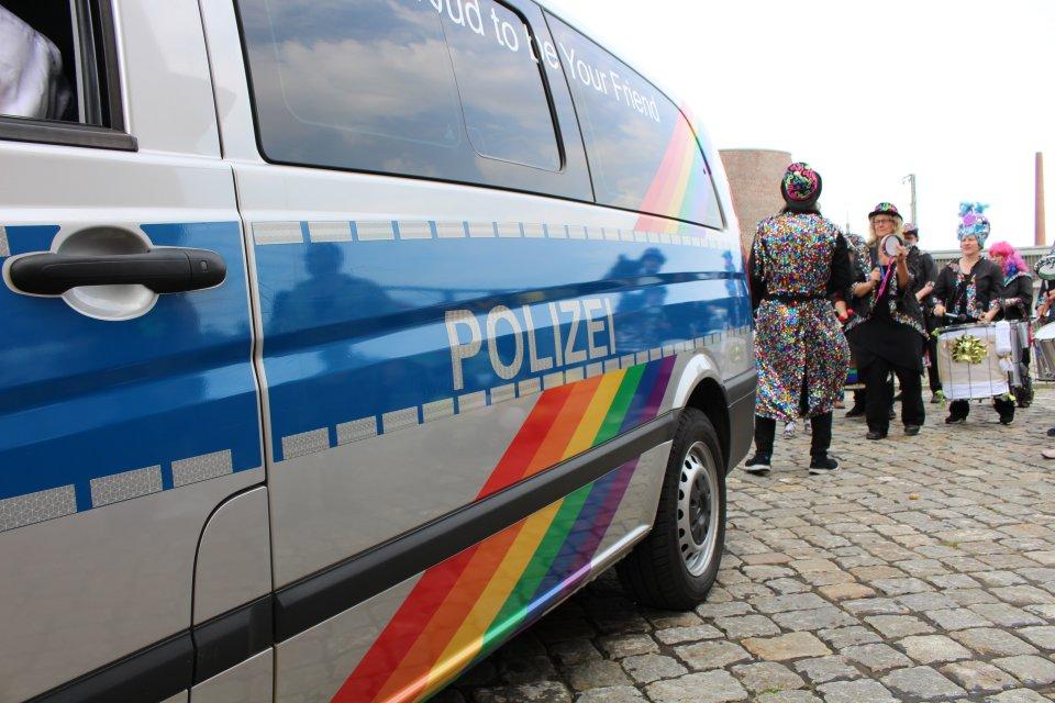 Ein Polizeiauto mit Regenbogenfarben.