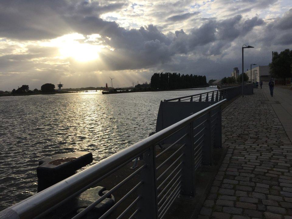 Impressionen an der Weserpromenade. Ein wolkenreicher Himmel, durch den Sonnenstrahlen scheinen. (Quelle: Kultur vor Ort e.V.)