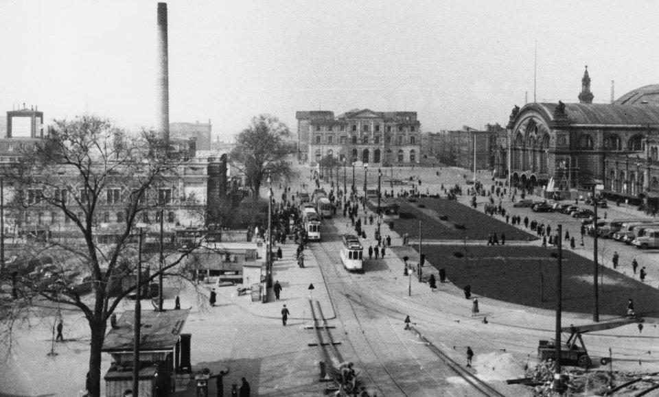 Historische Aufnahme zeigt den Bahnhofsvorplatz