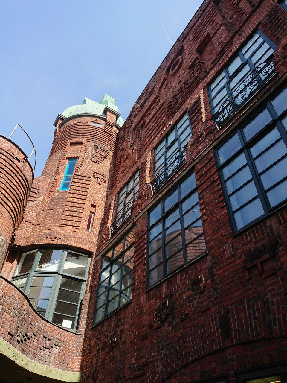 Blick nach oben im Handwerkerhof in der Böttcherstraße (Foto: Melanie Schaumburg).