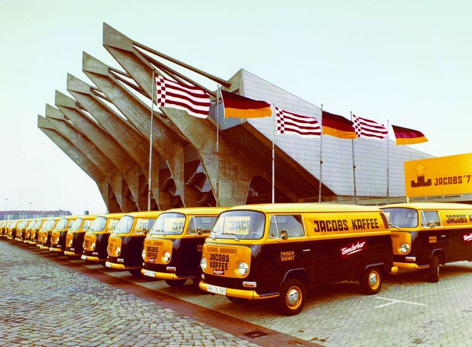 Historische Transportfahrzeuge mit Jacobs-Logo vor der Stadthalle