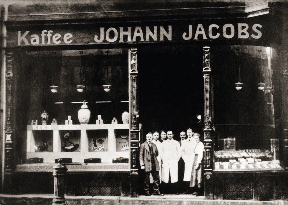 Die Belegschaft eines Geschäfts posiert vor dem Haus